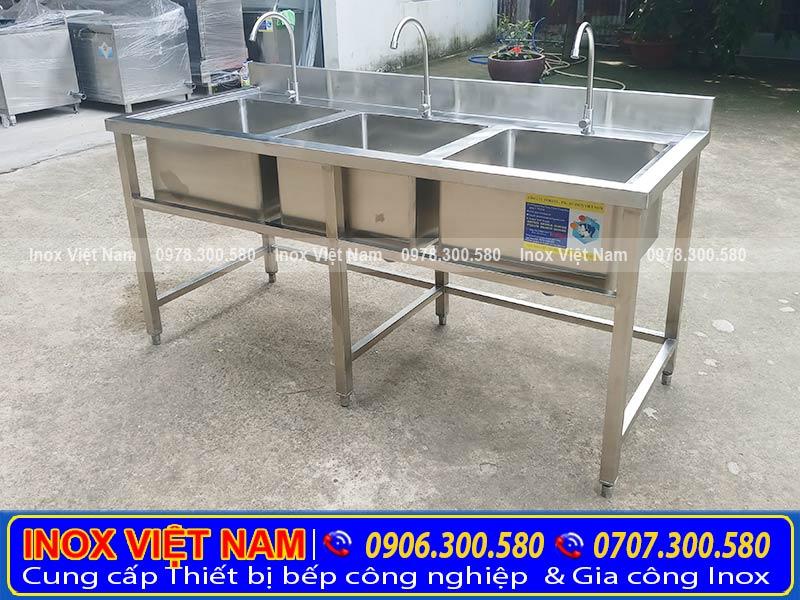 Gia công chậu rửa inox công nghiệp 3 hộc, bồn rửa chén inox với kích thước và kiểu dáng theo yêu cầu.